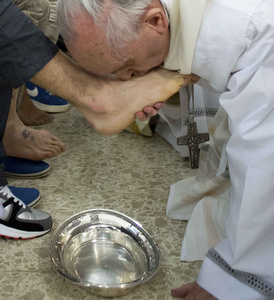 Pope Francis kisses foot of prisoner at prison for minors in Rome